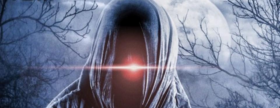 Vermummte dunkle Gestalt mit einem roten leuchtenden Auge. Im Hintergrund der Mond und tote Bäume.