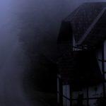 Ein altes Haus steht an einer verlassenen Straße.