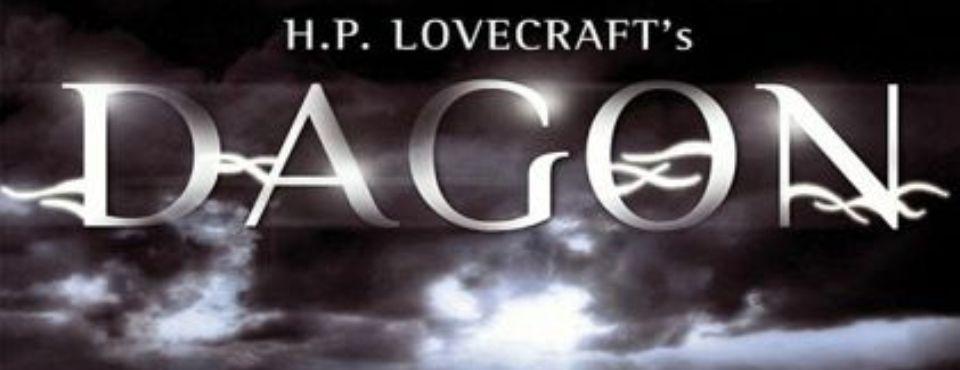 Weißer Schriftzug H. P. Lovecraft's Dagon auf einem stürmischen Hintergrund.