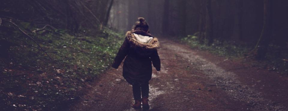 Kind im dunklen Wald
