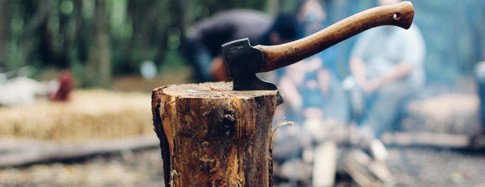 Eine Axt in einem Baumstumpf.
