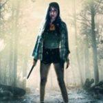 Eine junge Frau in knapper Kleidung hält ein Messer und schaut ängstlich zur Kamera.