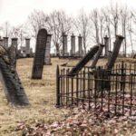 Ein Friedhof mit schrägen Grabsteinen.