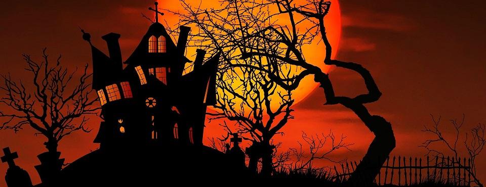 Der Schattenumriss eines schrägen unheimlichen Hauses auf einem Hügel.