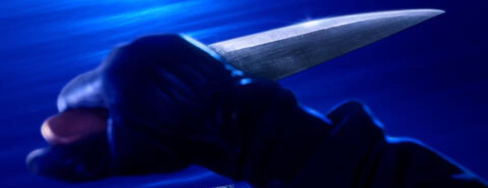 Eine Hand mit einem Messer.